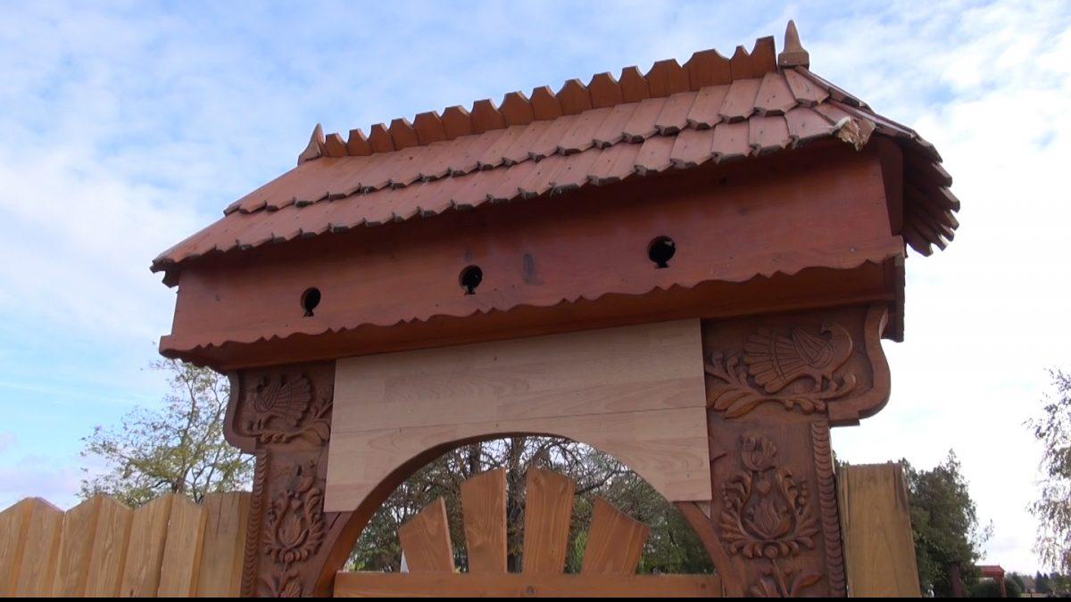 Új székely temetőkapu is épült a Magyar Falu Programból a Tetétleni Köztemetőben